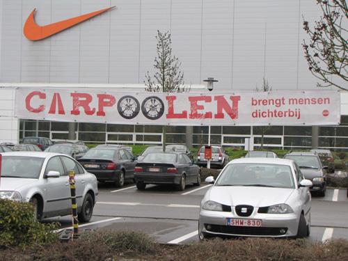 De gereserveerde carpoolplaatsen op de Nike-parking